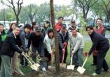 創辦人許文志博士於植樹節前夕率領同仁廣植花木勉勵學子熱愛鄉土、尊重生命及關懷環境的活動照片