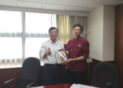 陳益興校長贈書獎勵餐飲廚藝系勇奪「2017UIBC世界盃青年西點大賽」台灣代表權的兩位優勝選手的活動照片
