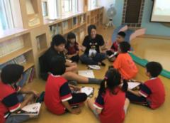 應用外語系到林內鄉九芎國小開辦「創新英語夏令營」,外籍老師與熱心的大學生和學童快樂玩英文的活動照片