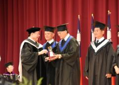 本校全民教育處15日舉行畢業典禮,高齡78歲畢業生終身勤學習,獲得雙學士學位的活動照片