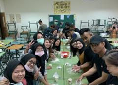 實踐「做中學、學中做」的技職教育理念——本校印尼學生手做蔥油餅的活動照片